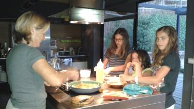 Aprendiendo a cocinar y compartiendo buenos momentos
