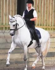 Jenny Rolfe con su caballo Delfín