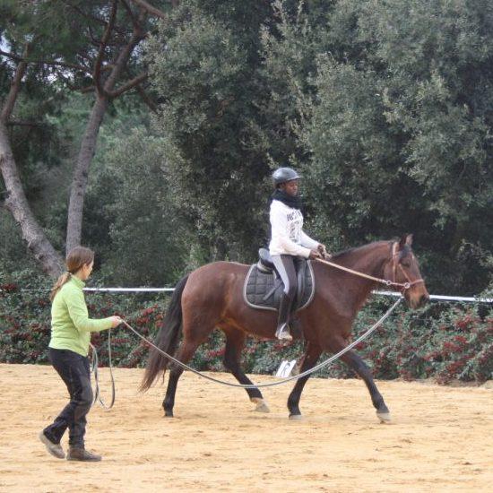 Cristina con Hiedra trabajando la rotación para dirigir al caballo